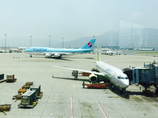 Korean Air 747 taxis behind Jin Air 737