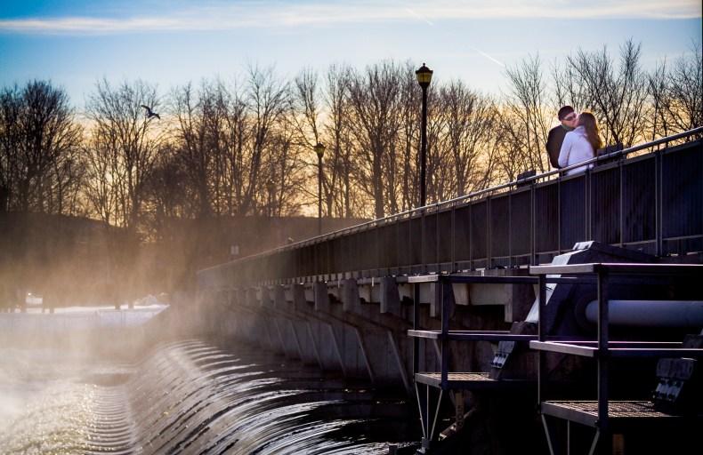 Des amoureux s'embrassent sur le barrage reliant l'Île-des-Moulins et l'île St-Jean à Terrebonne.