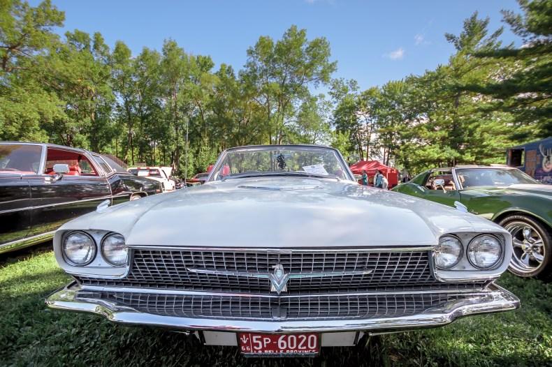 Ford Thunderbird 1966 vue sur le pare-choc avant