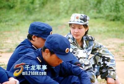 """組圖:海軍陸戰隊女兵人美歌甜綽號""""小宋祖英"""""""