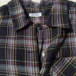 落ち着いた色合いの半袖シャツレディース襟元