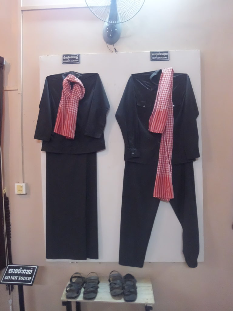 クメール・ルージュの制服