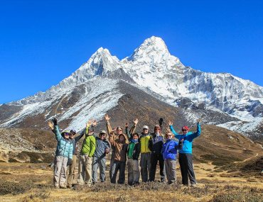 hiker-group-nepal-everest