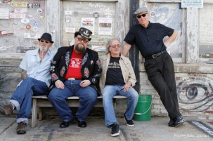 Les musiciens du groupe Johnny Riley Band posent devant le Ground Zero Blues Club, à Clarksdale, 9 mai 2015