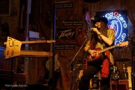 """Justin Johnson, l'homme aux mille guitares, joue sur une """"cigar-box guitar"""" au Ground Zero Blues Club à Clarksdale, 9 mai 2015."""