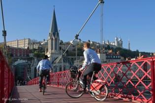 A vélo sur la Passerelle piétonnière