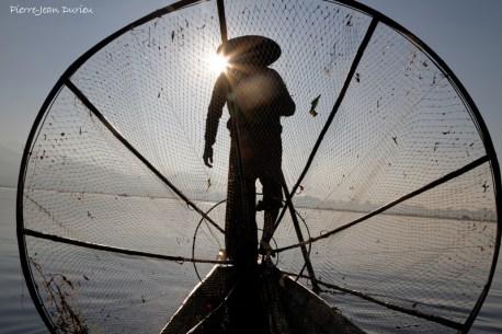 Pécheur et son filet, Lac Inlé, Birmanie, Décembre 2014