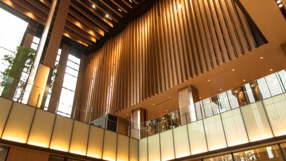 建物の吹き抜け部分。全体的に、線形の壁が多い印象でした。流れをイメージ?