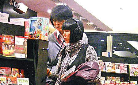 游鴻明開頂級寶馬房車 陪嬌妻買童歌CD(圖)-搜狐娛樂
