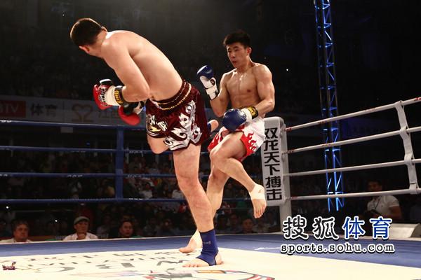 图文:[WBC南宁]穆斯里穆KO郭强 穆斯里穆后踢