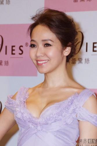 """圖文:侯佩岑代言內衣秀爆乳 老公稱贊""""好漂亮""""-搜狐滾動"""