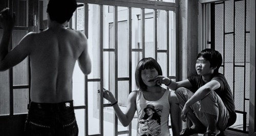 父母販毒坐牢、4歲被送到廟里、10歲注射海洛因、用最危險的『開天窗』方式吸毒、和毒販盜竊、被警察抓……戒毒中心里12歲的小超有著常人難以想象的經歷,他卻只想做個小孩。