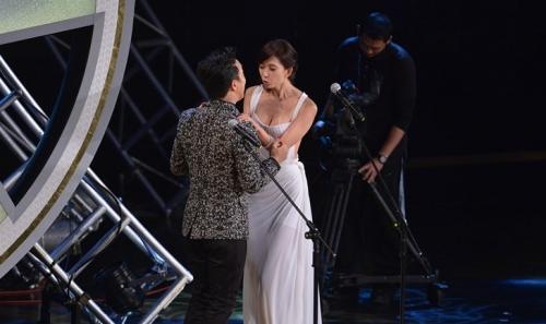 林志玲激吻黃渤多角度特寫回放 揭明星大尺度吻戲的絕招(圖)-搜狐滾動