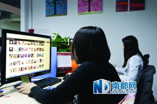 鑒黃師吳霞(左)與鑒黃師小敏(右)正在鑒別用戶提交的圖片。