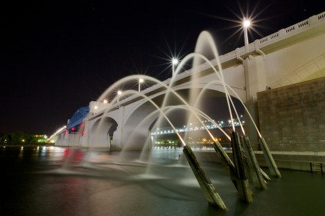 The iconic fountain and Market Street bridge in front of the Tennessee Aquarium