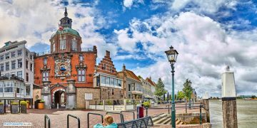 Het Eiland van Dordrecht wordt omringd door verschillende grote waterwegen: naast de Beneden-Merwede en de Oude Maas zijn dat de Nieuwe Merwede, Hollands Diep en Dordtsche Kil. Het water in Dordrecht ligt over het algemeen iets onder NAP, bijvoorbeeld -1,50 meter. Het hoogste natuurlijke punt van het Eiland van Dordrecht is de Kop van de Oude Wiel met een hoogte van 2,60 meter boven NAP. Het Groothoofd is historisch grondgebied. Eeuwenlang was dit de belangrijkste plek waar vreemdelingen Dordrecht binnenkwamen. Heel wat prinsen van Oranje zetten hier voet aan wal, en werden dan op de kade vorstelijk onthaald. Maar ook hun tegenstanders kwamen hier aan, zoals de hertog van Alva. Het Groothoofd ligt aan het drukst bevaren rivierenkruispunt van Europa: de Beneden-Merwede, de Oude Maas en de Noord. De oorspronkelijk middeleeuwse poort werd rond 1350-1400 gebouwd en kreeg in 1618 haar tegenwoordige vorm. Het beeldhouwwerk op de poort is voor een groot deel vervaardigd door de beeldhouwer Gillis Hüppe (1576-1650). Hij kwam uit Luik en woonde vanaf 1615 in Dordrecht. In de poortdoorgang kan men oorspronkelijke gotische gewelven zien. Tijdens de verbouwingen van 1618 en 1640 kreeg de poort een renaissance-uiterlijk. In 1618 werd er ook een toren op de poort gezet. Aan de waterzijde van de poort zien wij het reliëf met de Dordtse Stedenmaagd. De maagd is gezeten in een tuin - omheining, die enerzijds haar ongehuwde staat symboliseert, maar anderzijds verwijst naar de onneembaarheid van de stad Dordrecht, omdat zij is omgeven door water. In haar ene hand heeft zij het het wapen van Dordrecht en in de andere hand een palmtak. Rondom haar zijn wapens van Nederlandse steden afgebeeld, die in relatie met Dordrecht stonden. Het gewelf van de poort herinnert aan de laatgotische bouw. Bovenin de poort aan de landzijde, is het wapen van Dordrecht afgebeeld. Twee griffioenen houden het vast. Het zeventiende-eeuwse kunststuk is zoals gezegd van Gilles Huppe. Hij nam trouwens het