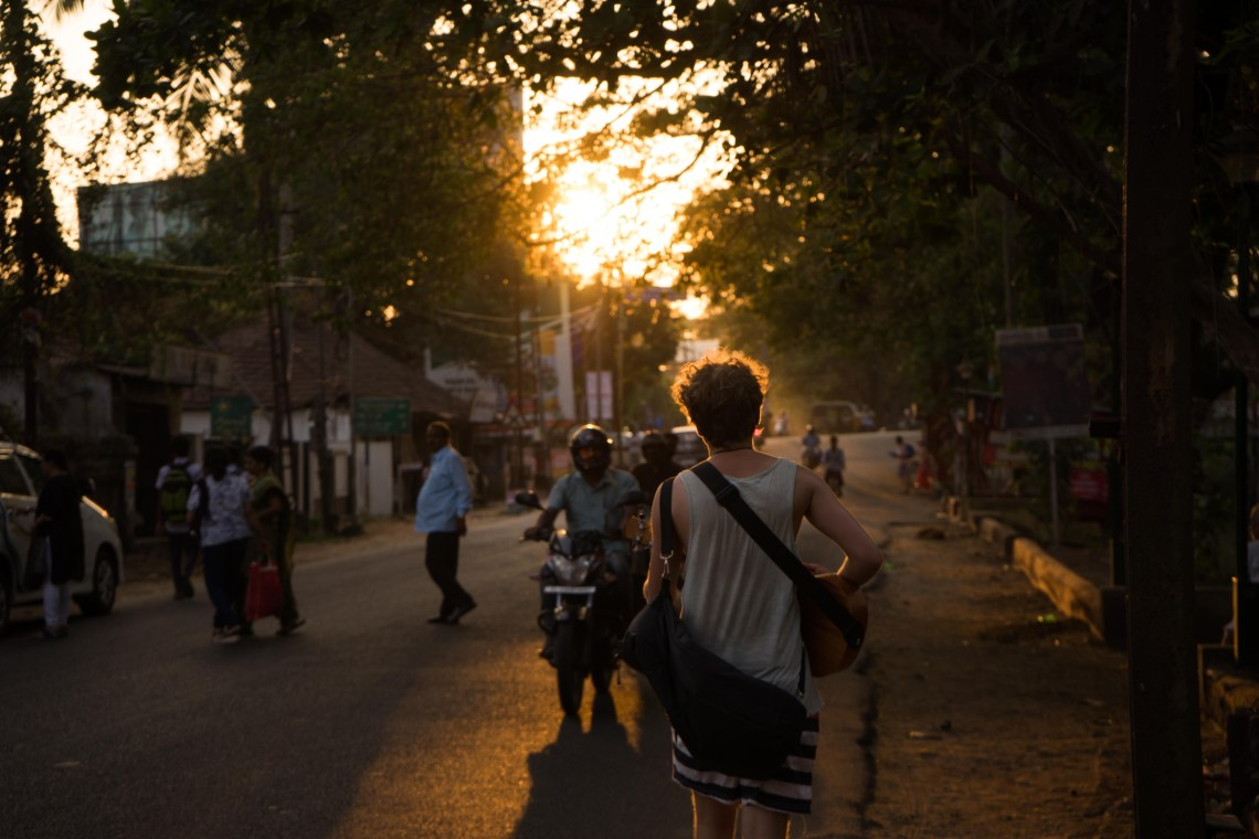 Photodyssee author Flo playing his ukulele while walking the street during the golden hour