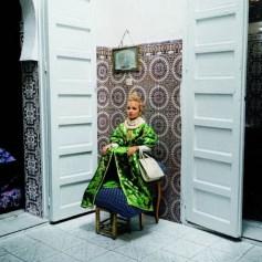 Yto Barrada, Fille aux tabourets, Casablanca, 2000 © Courtesy Galerie Polaris, Paris