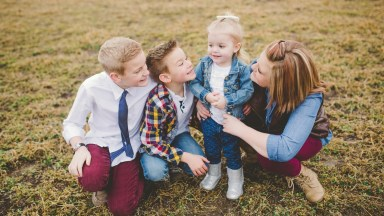 "3 Steps to Creating a ""What to Wear for Family Pictures"" Guide"