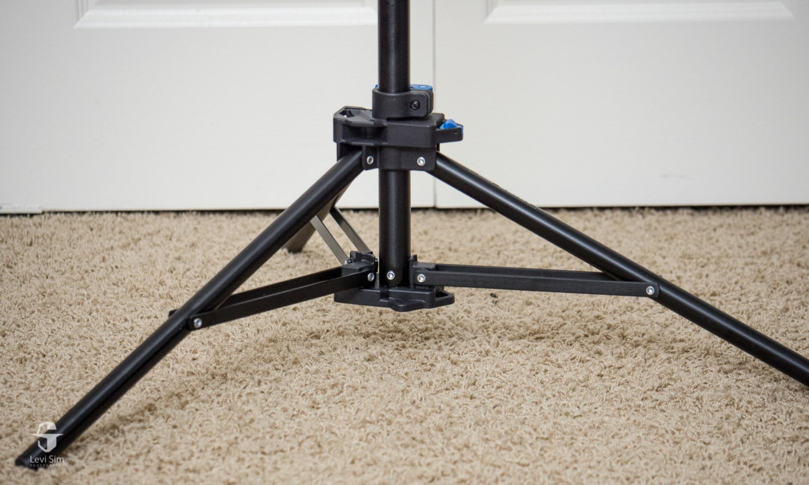 Make sure the leg stabilizers are horizontal to give the legs the widest possible stance.