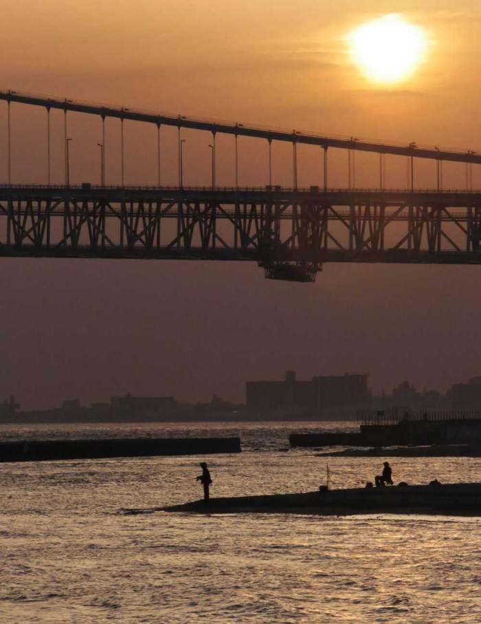 夕陽と釣り人と明石海峡大橋