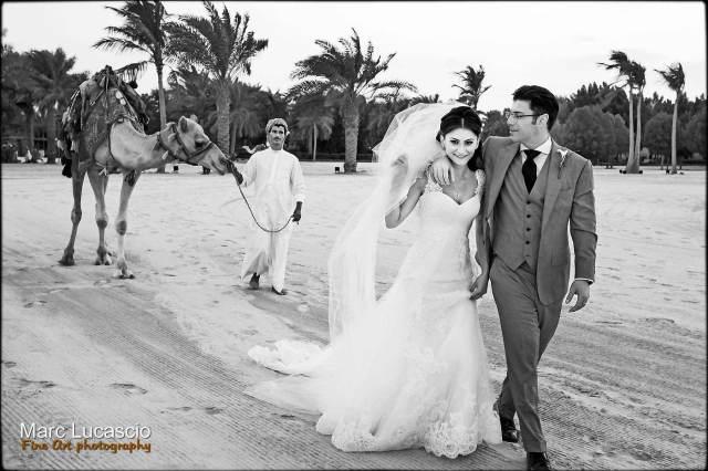 Image des mariés enlacés