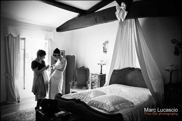 la mariée met sa robe noir et blanc photo