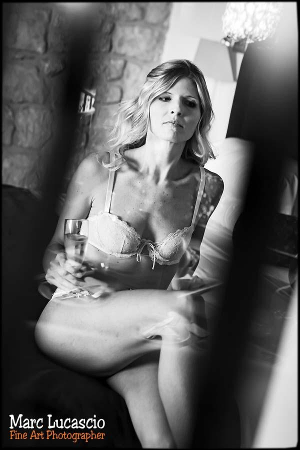 La mariée savoure une coupe de champagne