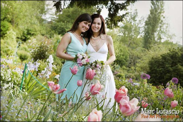 Photo de groupe mariage dans les fleurs