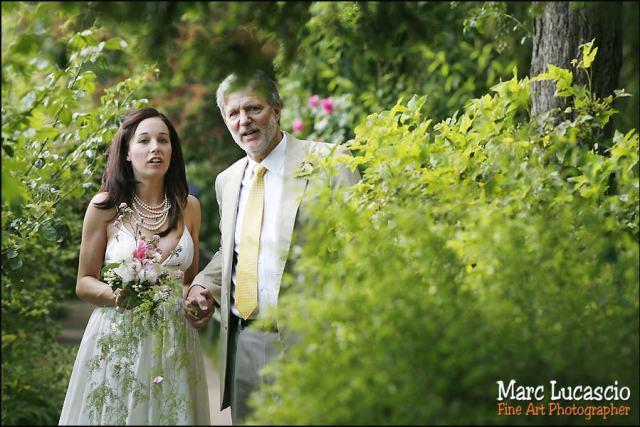 Le père et la fille attendent la cérémonie mariage