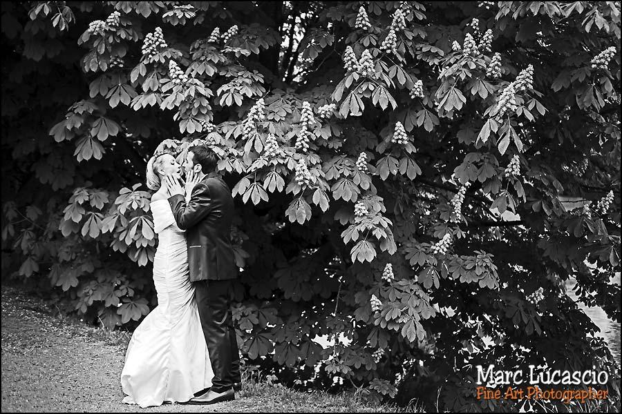 image de couple dans le parc en bord de Seine
