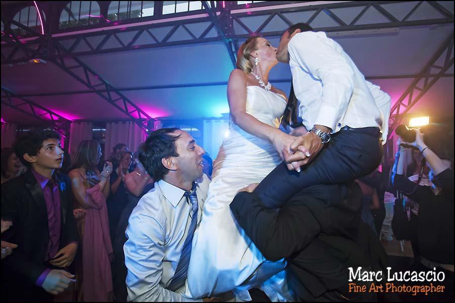 Les époux s'embrassent portés par les invités juifs