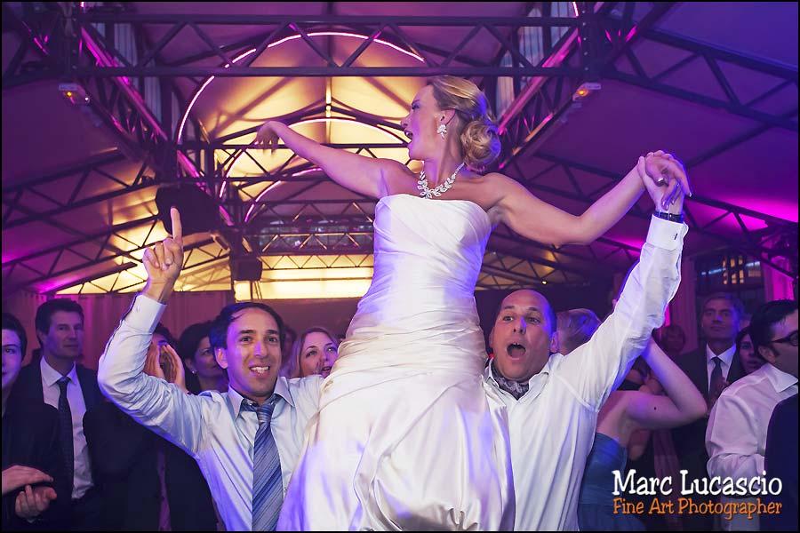 Soirée et repas du mariage juif la mariée est portée