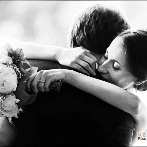 les mariés enlacés photo de couple mariage