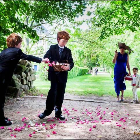enfants étalant des pétales de roses
