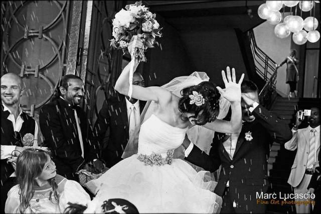sortie de mariage civil sous une pluie de riz