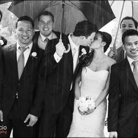 Une photo de groupe mariage sous la pluie