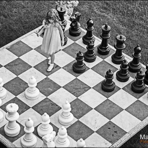 Un jeu d'échec grandeur nature pour ce portrait d'enfant