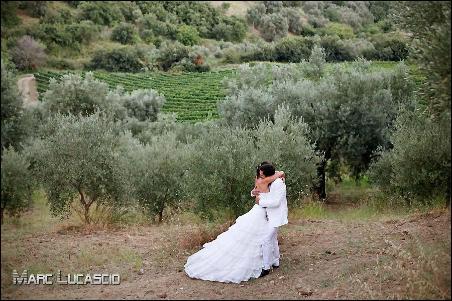 photo couple mariage dans une oliverie