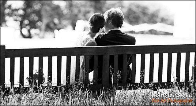 Les amoureux se bécotent sur les banc publics.