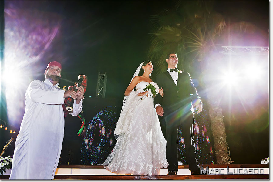 Mariés égyptiens face aux invités