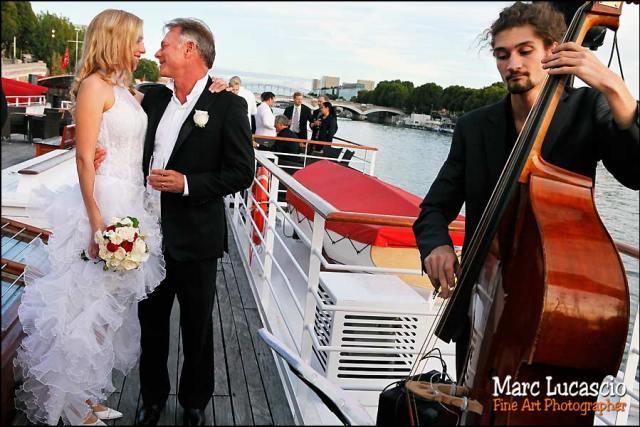 Le contre-bassiste joue pour les époux