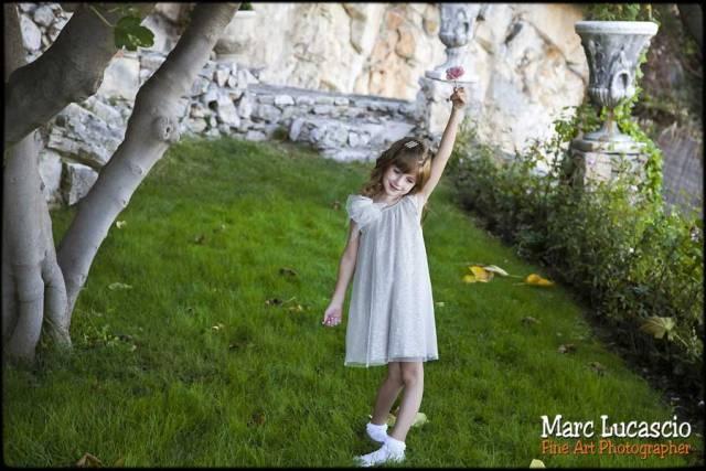 enfant jouant sur la pelouse