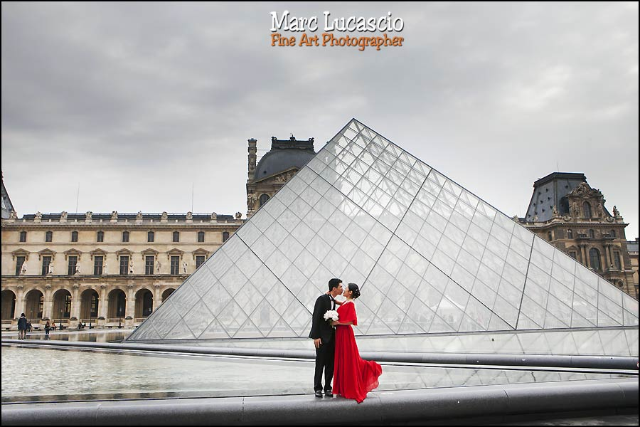 Musée et pyramide du louvre couple pre-wedding