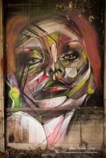Photographe portrait femme graff tag graffiti en couleur Paris, photo urbex, serie sur l'abandon