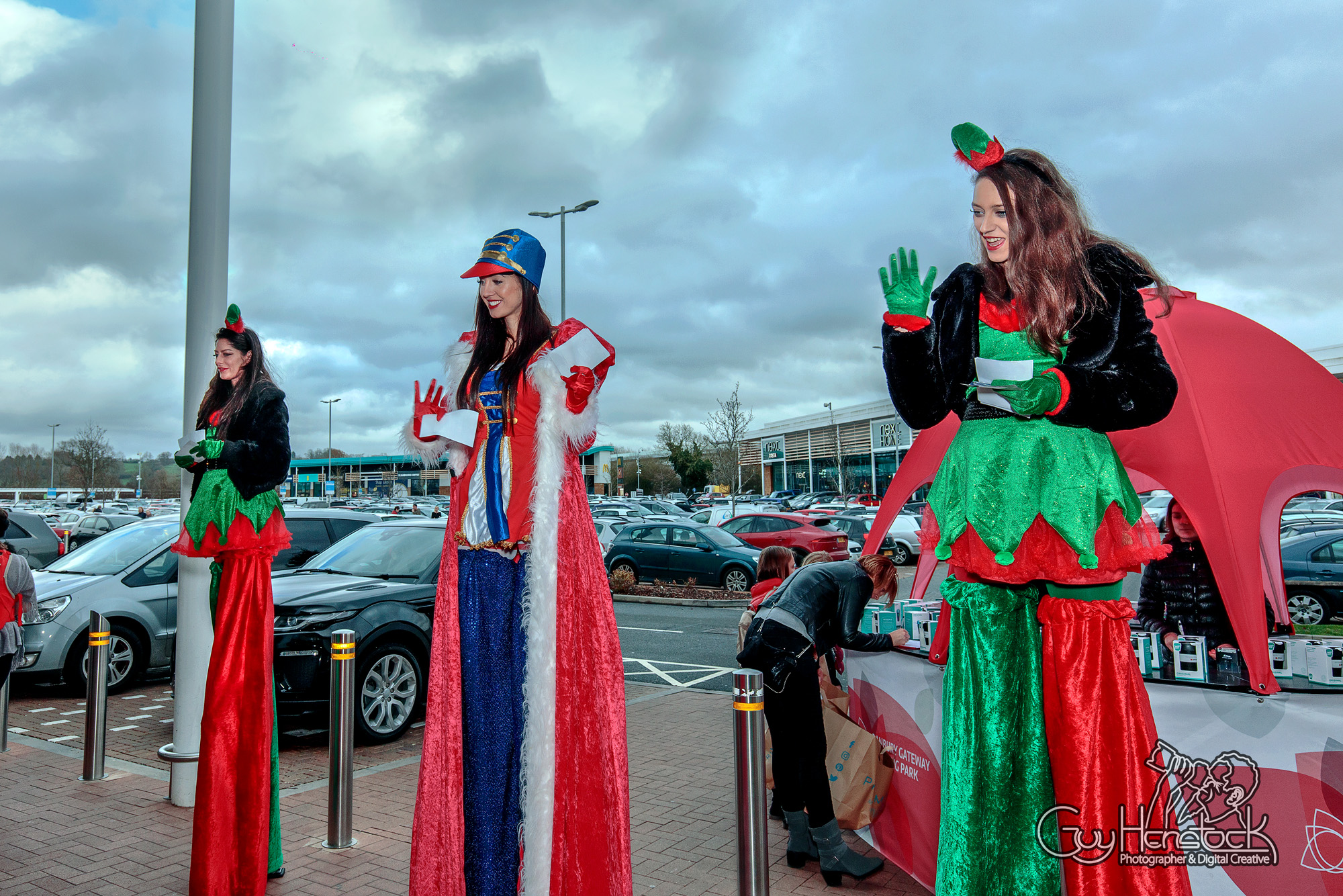Girls on stilts - Banbury Gateway