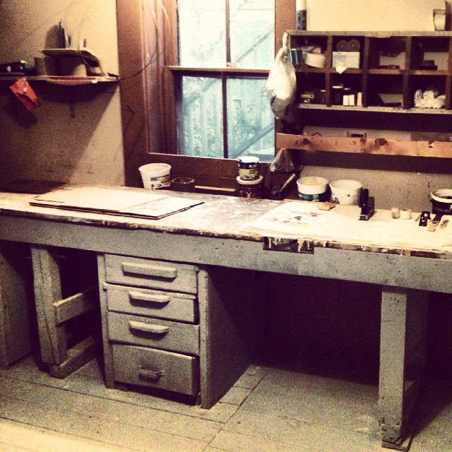 a photo of an old worktable