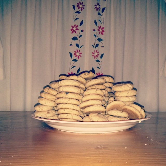 a photo of a whole tonne of cookies on a plate