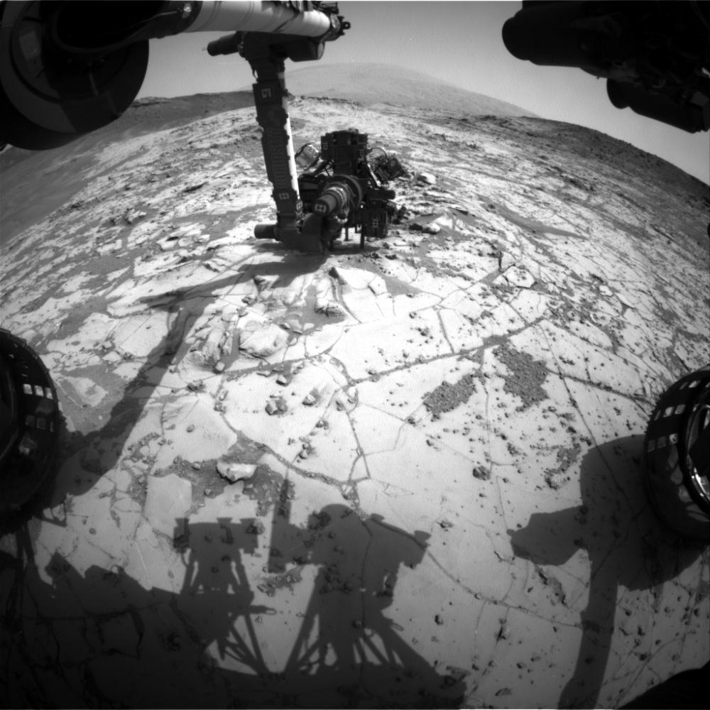El instrumento MAHLI del Curiosity taladrando la roca Mojave