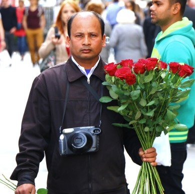 9 street photographer con mazzo di rose